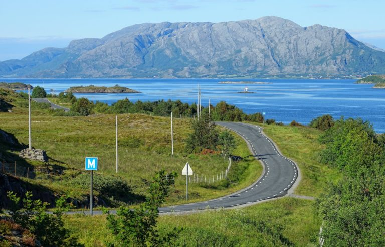 On the narrow roads on Dønna, there are many M-eeting points.