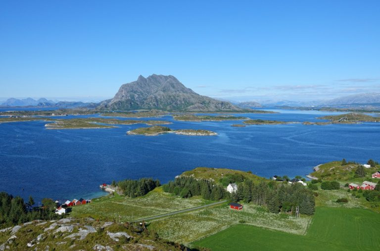 From the highest peak on Øksningan (87 meters), we can see many other islands.