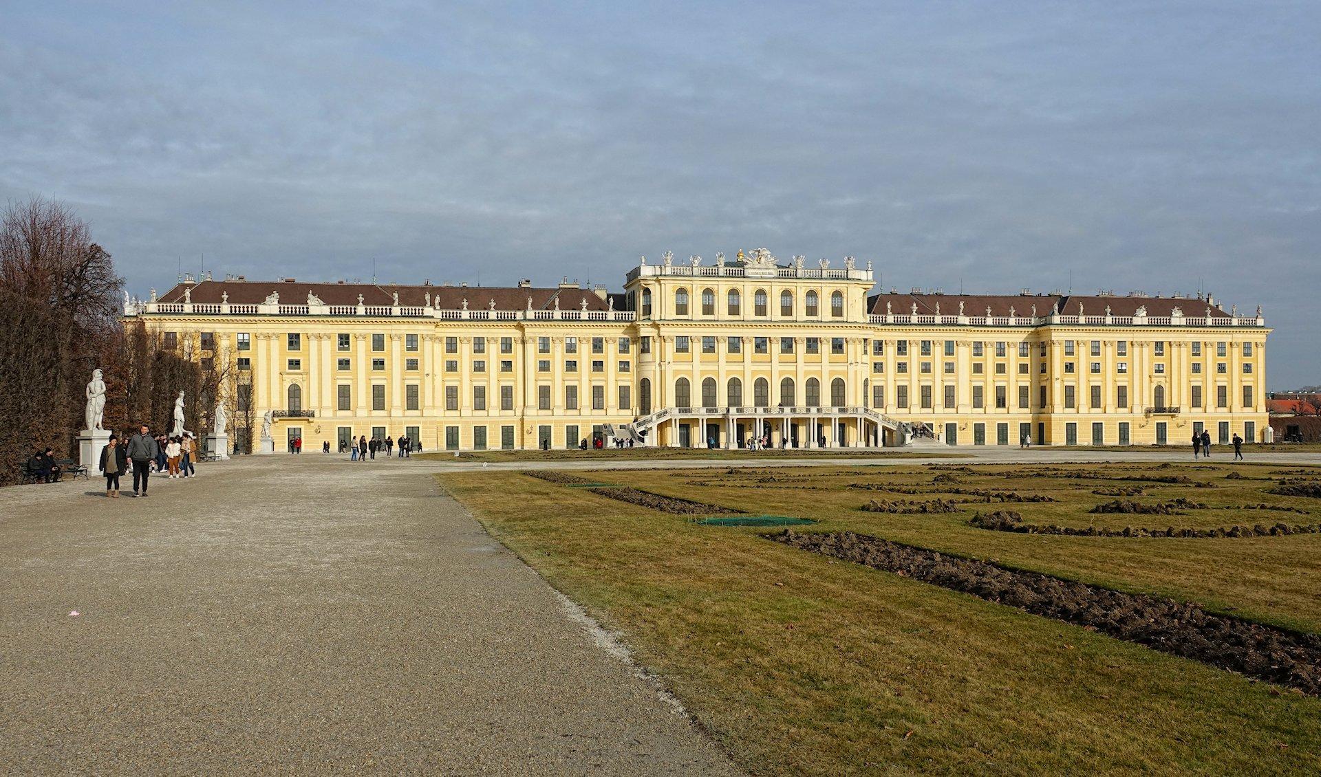 Photo of Schloss Schönbrunn seen from the south-west.