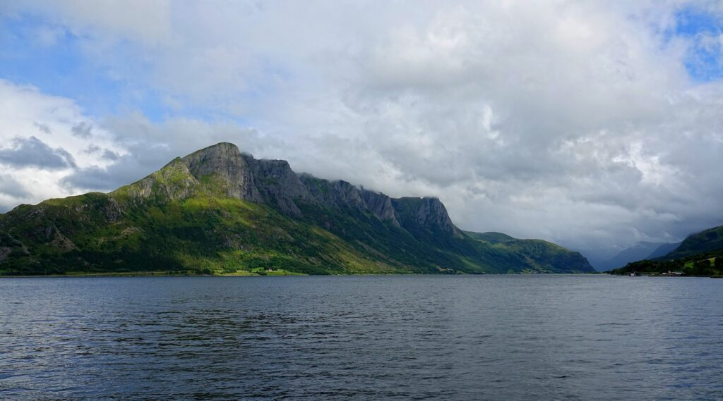 Photo of Sandegga mountain seen from the ferry.