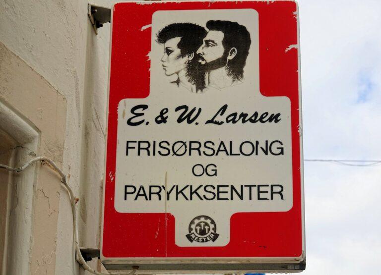 Photo of 1980s style hairdresser sign in Ålesund, Norway.
