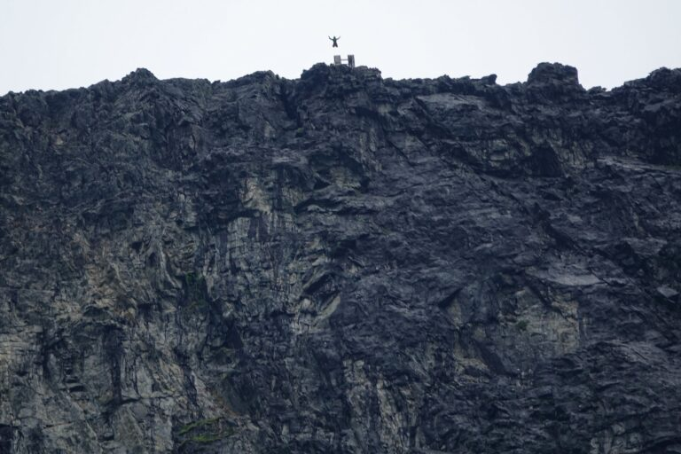 Photo of base jumping from Grisetskolten, Norway.