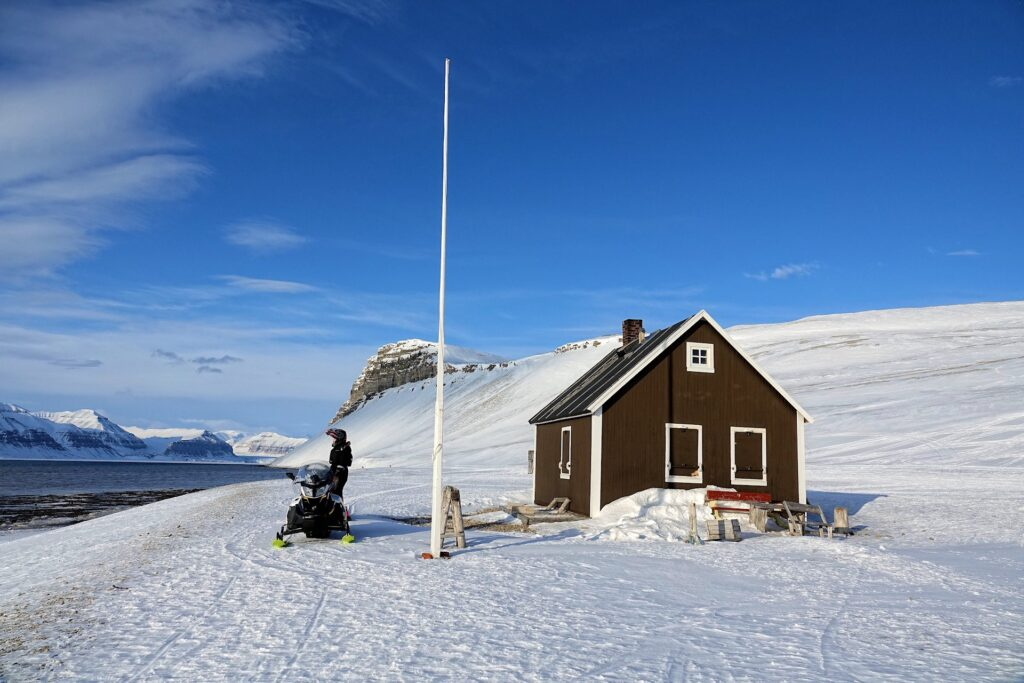 Photo of Fredheim, a trapper's cabin on the shores of Tempelfjorden, Svalbard.