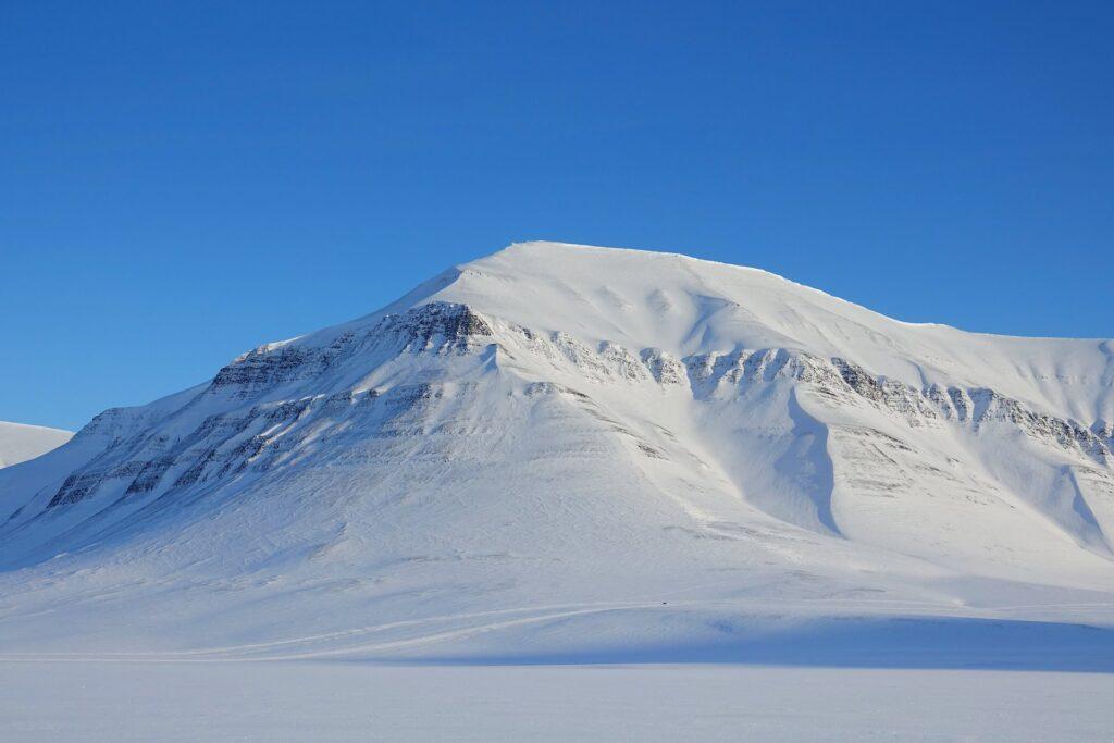 Photo of abandoned snowmobile where Eskerdalen meets Sassendalen on Svalbard.