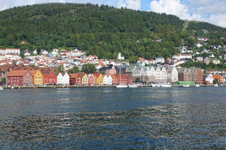 Photo of Bryggen in Bergen, with Fløyen in the background.