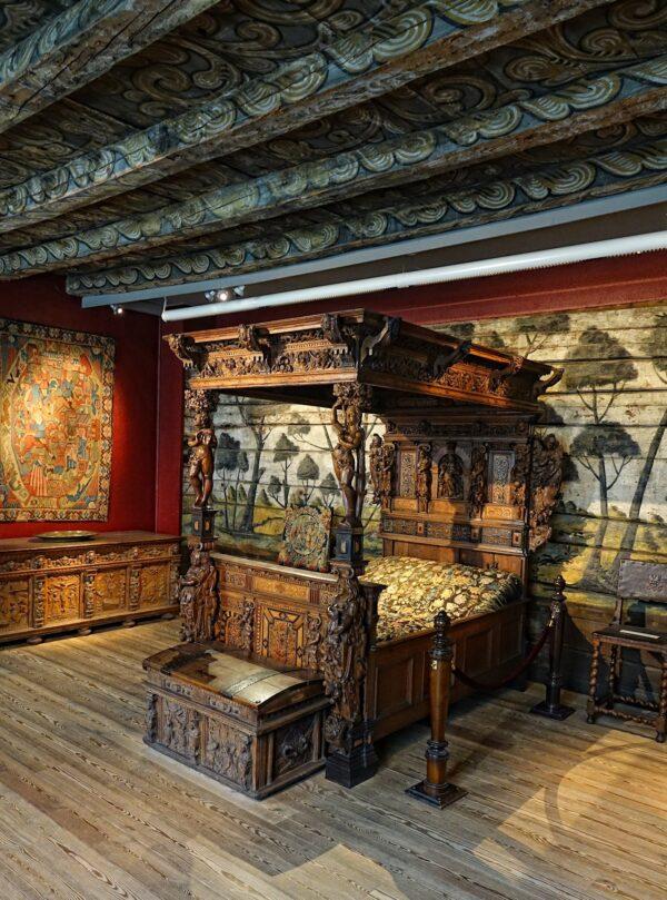 Photo of old bedroom in Norway, full of wood carvings.